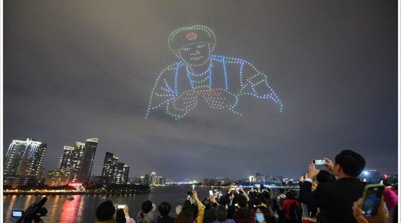 طائرة بدون طيار في مدينة قوانغتشو الصينية تضيء سماء الليل تكريما لشهداء الحدود