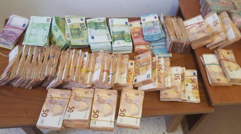 الاحتفاظ بالقاضية التي ضبط بحوزتها 1.5 مليون دينار